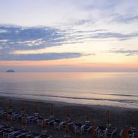 Alba dalla spiaggia di ponente